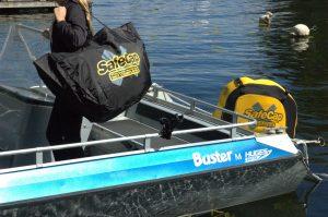 Stöldskyddet sitter på plats på båtmotorn och motorkåpan bärs hem i den specialanpassade väskan