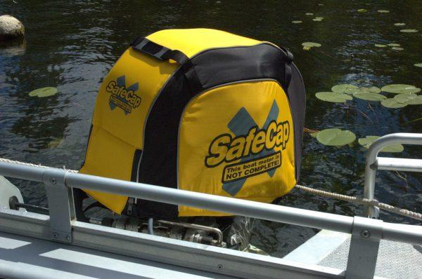 SafeCap sitter på plats på motorn med vatten i bakgrunden